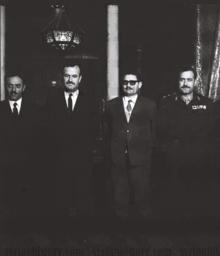 Quattro uomini in giacca e cravatta