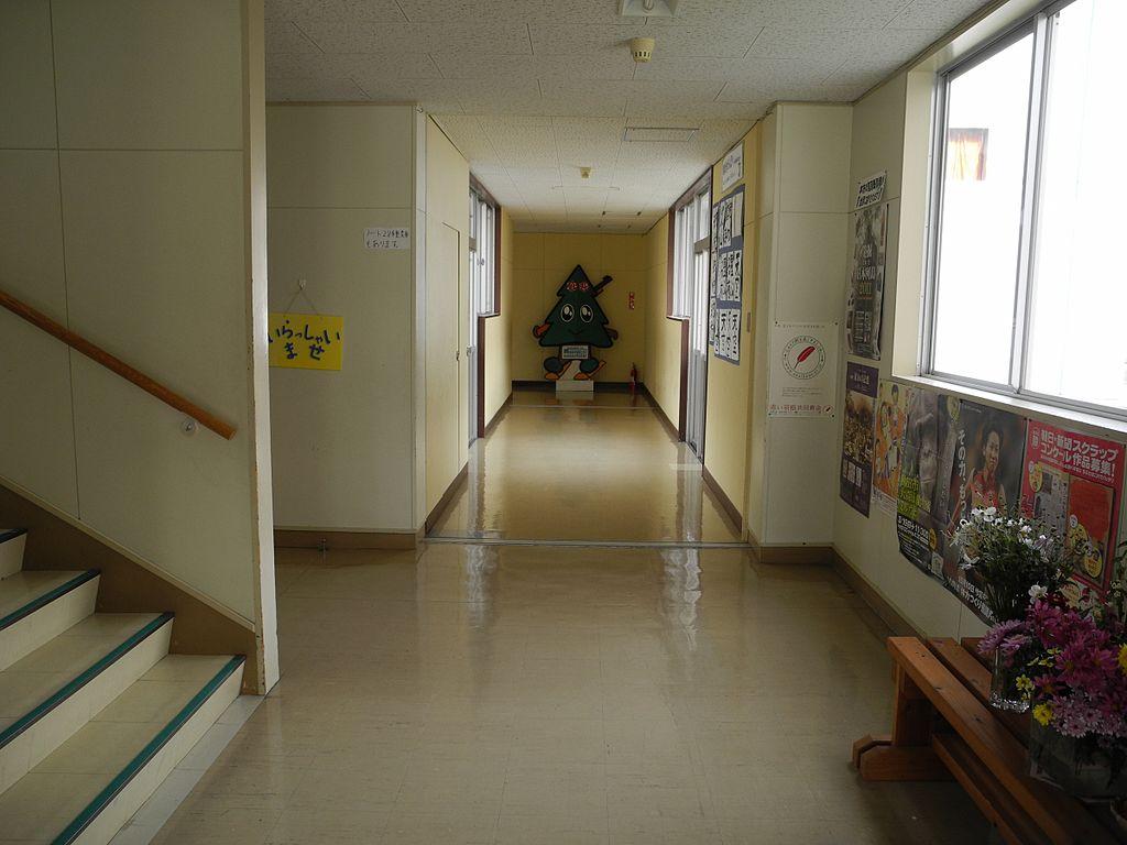 File:Hitane Elementary School gym hallway 2.jpg ...