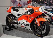 La Honda NSR250 del Marlboro Team Kanemoto, con la quale Biaggi vinse il titolo mondiale nel 1997.
