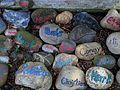 IV. An dem Ort des Gedenkens auf dem Bergfriedhof Heidelberg erinnern die Namen und ein letzter Gruß auf Steine gemalt von Freunden und Angehörigen an die Dahingegangenen.JPG