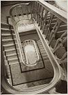 interieur de nieuwe trap vanaf zolder naar beneden -