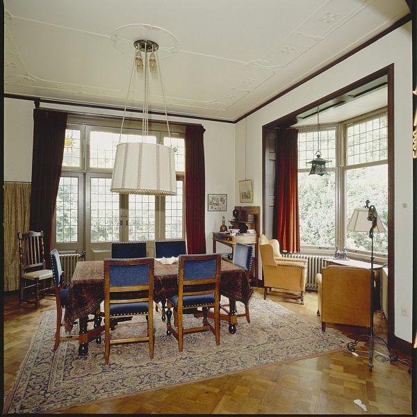 Description Interieur eetkamer, eettafel met stoelen en laaghangende ...