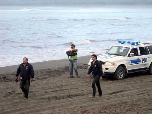 Personnel of the Investigations Police of Chile went to evacuate people near the Pichilemu beach, on Friday afternoon. Image: Diego Grez.
