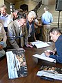 Jean-François Delmas dédicace son livre L'Inguimbertine maison des muses, dans le vestibule de l'hôtel-Dieu de Carpentras, en juillet 2008.jpg