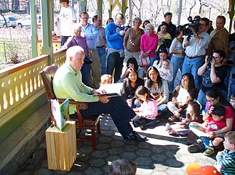 John Lithgow - Lithgow reading a book to children in 2007