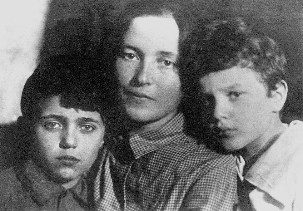 Julia Schucht with sons 1930s