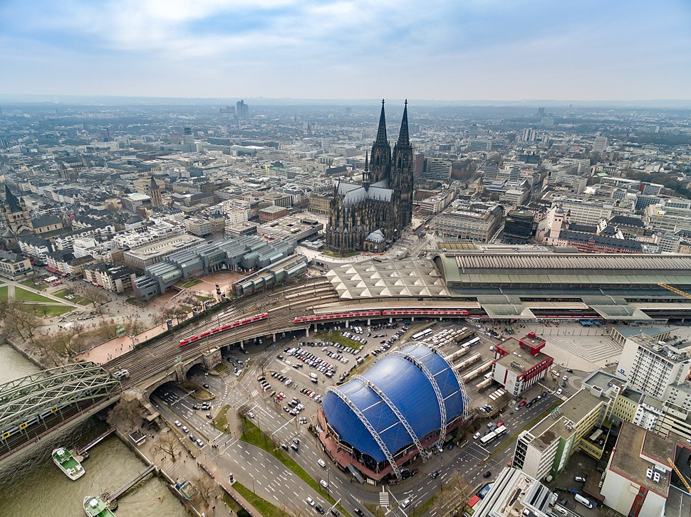 K%C3%B6lner Dom Luftbild Bahnhof - cologne aerial (25326253726)