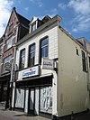 foto van Pand met gepleisterde lijstgevel, dakkapel en jongere winkelpui