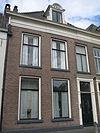 foto van Pand met lijstgevel met eenvoudige voordeuromlijsting en dakkapel (vormt architectonisch geheel met nr. 113
