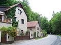 Karlštejn, domy u silnice od Mořiny.jpg