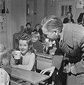 Kinderen krijgen melk op school, Bestanddeelnr 901-4810.jpg