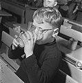 Kinderen krijgen melk op school, Bestanddeelnr 901-4811.jpg