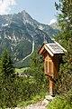 Kreuzwegstation mit Kirchdachspitze.jpg