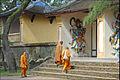 Le porche dentrée avec les gardiens (Pagode Thien Mu) (4379314473).jpg