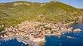 Luftbild vom Strand Lucica in Komiza, Kroatien (48608670026).jpg