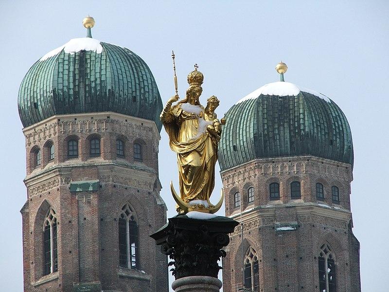 Datoteka:Maria vor ihrer Kirche.jpg