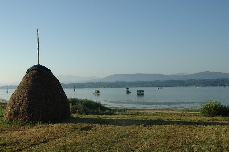 File:Modračko jezero, seno II.jpg