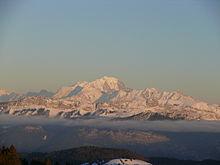 Vue du mont Blanc enneigé au-dessus des nuages