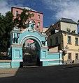 Moscow, Trinity in Serebryaniki gates.jpg