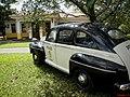 Museu Agromen de Tratores e Implementos Agrícolas, localizado no complexo do Centro Hípico e Haras Agromen em Orlândia. Carro Ford 1942 utilizado pela polícia de Los Angeles em frente ao posto de combus - panoramio.jpg