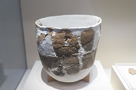 10,000 years old pottery, Xianren Cave culture (18000-7000 BCE) National Museum of China 2014.02.01 14-43-38.jpg