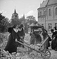 Nonnen voeren bouwafval af met kruiwagen, Bestanddeelnr 191-1174.jpg