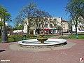 Nowy Dwór Mazowiecki, Fontanna - fotopolska.eu (304258).jpg