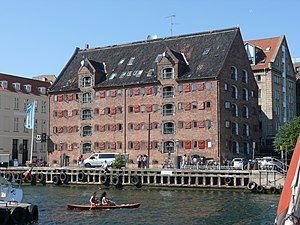 English: 71 Nyhavn, an old warehouse converted...