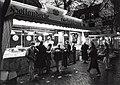 Oliebollenkraam voor het Proveniershuis. Aangekocht van United Photos de Boer bv. - Negatiefnummer 37301 k. - Gepubliceerd in het Haarlems Dagblad van 16.11.1992, NL-HlmNHA 54034107.JPG