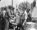 Op bezoek oefenkamp Korea-vrijwilligers Roosendaal. Veldkeuken. Surinaamse milit, Bestanddeelnr 905-1110.jpg