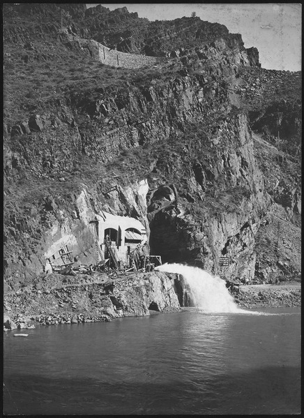File:Operating Mr. Ensign's valve from west of river - NARA - 294517.tiff