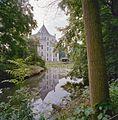 Overzicht met spiegeling van Sandenburg in het water - Langbroek - 20334667 - RCE.jpg