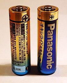 Duas baterias AA cada uma tem um sinal de mais marcado em uma das extremidades.