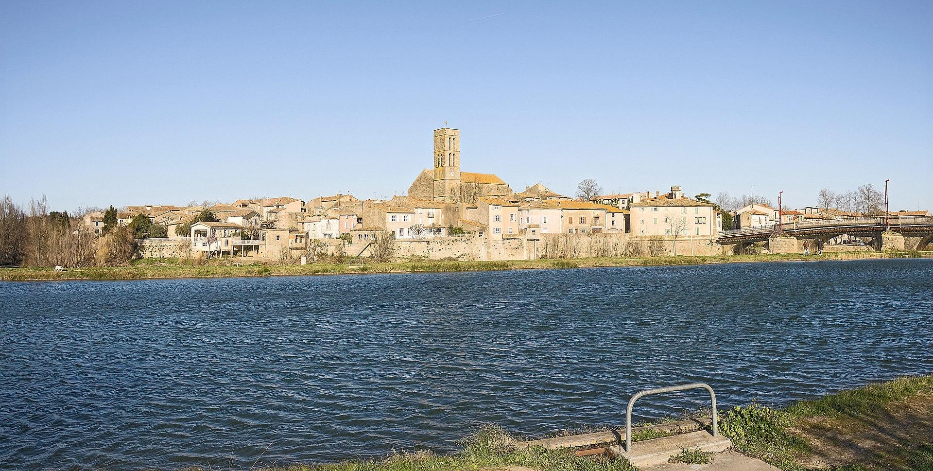 Trèbes, la vieille ville vue du lac.