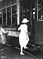 Pasajera subiendo al tranvía en Buenos Aires circa 1920.jpg