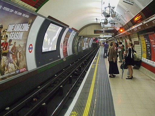 Piccadilly Circus tube stn Bakerloo southbound look north