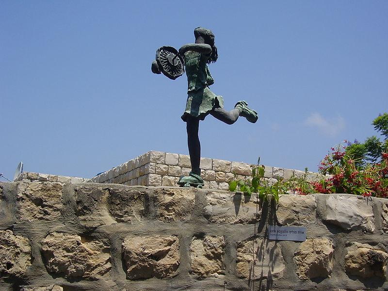 פסל ילדה מחליקה של אורה סגליס בעין הוד
