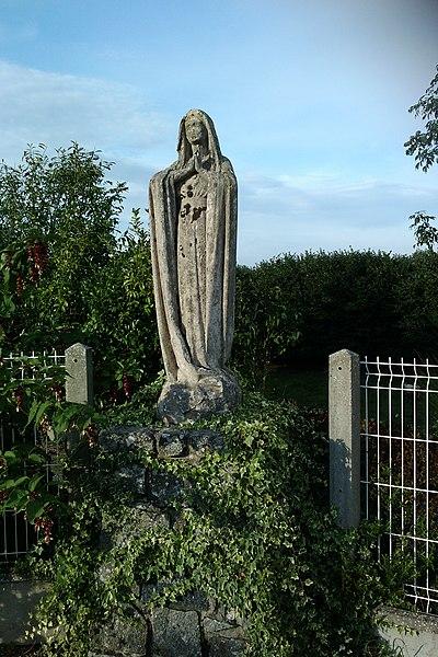 Statue sur le mur du cimetière de