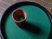 Afin d'éviter tout fraude ou contestation de la part d'un joueur, il est quelquefois utilisé une aire de lancement ronde, toujours tapissée, et entourée de bords. Cette étoffe généralement verte est fréquement employée dans n'importe quel casino. Un goblet est aussi utilisé pour éviter une fraude au niveau du lancement.
