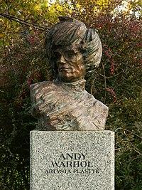 Popiersie Andy'ego Warhola autorstwa Sławomira Micka w Alei Sław na Skwerze Harcerskim w Kielcach