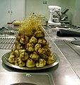 Profiteroles met karamelsaus.jpg
