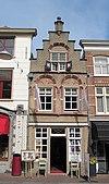 foto van Pand met Dordtse trapgevel, gedateerd op de middelste toogconsole: 1777