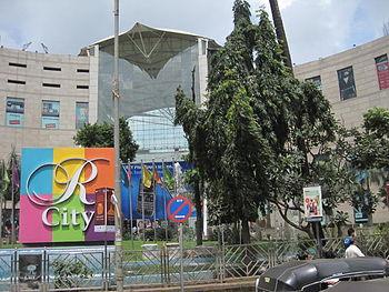 English: The R City Mall building at Ghatkopar...