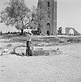 Ramle. Ruines van de Witte Moskee en de Witte Toren. Een man is bezig water te p, Bestanddeelnr 255-3862.jpg