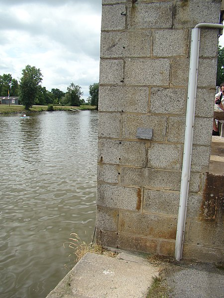 Flood level sign in Redon.