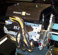 Un moteur à huit cylindres en V d'origine Renault.