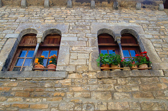 Romanesque windows in Ainsa.jpg