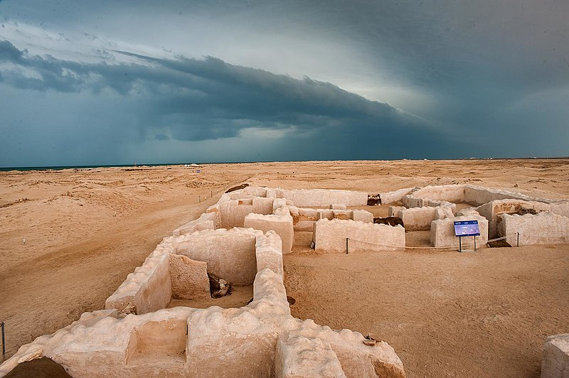 800px-ruins_in_zubarah_on_a_cloudy_day