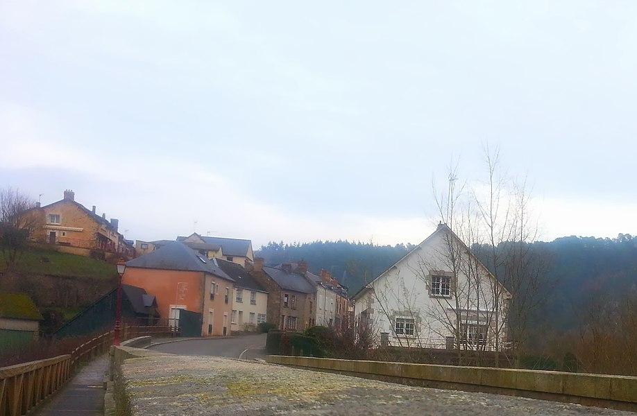 Saint-Léonard-des-Bois: un village en fond de vallée dans les Alpes Mancelles, dans un cadre très escarpé qui en effet, peut rappeler les Alpes.