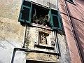 Santo Stefano di Magra (SP) particolare di facciata con nicchia e madonetta.jpg